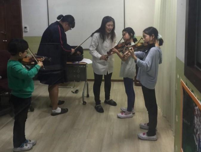 평소 접하기 힘든 고가의 플룻과 바이올린의 수업을 받을 수 있는 기회를 얻어, 열심히 참여하고 배우는 아이들이 모습